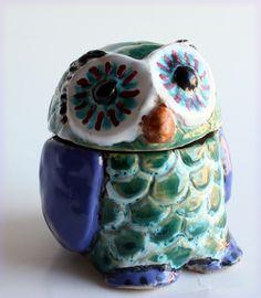 http://mercatinoartigiano.net/it/annuncio/view?id=212 Gufo blu e verde con gli occhi neri.  artigiano - Francesca Fenu Il gufo è un oggetto utile sia per un uomo che per una donna. Crea un ambiente allegro e unico.