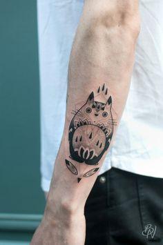 Totoro Tattoo by Violette, Bleu-noir-tattoo-art-shop-paris-abbesses Tatuaje Studio Ghibli, Studio Ghibli Tattoo, Totoro, Ink Tatoo, Cat Tattoo, Tattoo Art, New Tattoos, Body Art Tattoos, Bleu Noir Tattoo