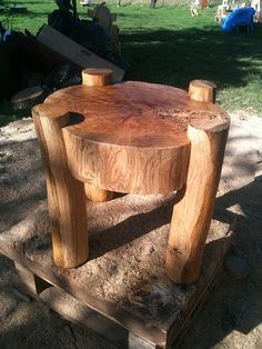 oak table chainsaw carving in 2020 Wood Projects, Woodworking Projects, Garden Projects, Wooden Plane, Table Cafe, Wood Logs, Oak Table, Rustic Furniture, Cabin Furniture