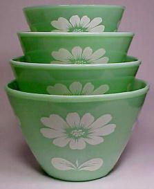 A Stack of Jadeite Mixing Bowls with White Daisy Pattern . A Stack of Jadeite Mixing Bowls with White Daisy Pattern . Vintage Bowls, Vintage Kitchenware, Vintage Dishes, Vintage Glassware, Vintage Pyrex, Hd Vintage, Vintage Love, Vintage Green, Vintage Decor