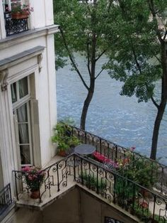 A Paris flat on Ile Saint Louis. - Garden Style - A Paris flat on Ile Saint Louis. A Paris flat on Ile Saint Louis. The Places Youll Go, Places To Visit, Beautiful Homes, Beautiful Places, Paris Flat, Paris Paris, Ile Saint Louis, St Louis, Balkon Design