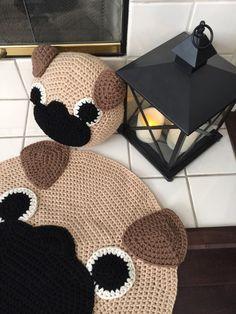 Para los amantes del barro amasado, si te gusta nuestro pug almohada aquí es la alfombra también de más amor y más puré caras. Es alrededor de 26 diámetro. Orden de encargo disponible para un tamaño más grande.   Nuestra original diseño y patrón © Copyright 2011