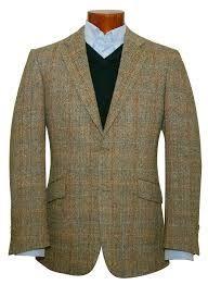 TWEED. Dicese del traje sastre moderno. Hacia 1840 se hacia con materiales ligeros provenientes de la región de Tweed y lo empleaban los señores burgueses para diferenciar el traje de campo.