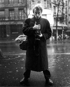 Zelfportret uit 1954. Ed van der Elsken was een Nederlandse fotograaf en filmmaker. Hij werkte in Amsterdam, maar ook in Parijs, Tokyo  en andere steden in de wereld. Hij was vooral geïnteresseerd in het fotograferen van mensen, met hun verschillende culturen en sociale omstandigheden. Ook legde hij het stadse leven vast.