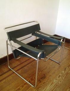 Juego de sillones Wasily en cuero negro década del 50. precio del par $ 14000