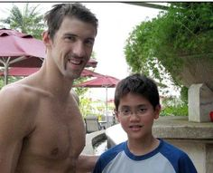 Eight years ago, aged just Joseph Schooling met Michael Phelps while he was training for the Beijing Olympics. Last night he beat Phelps to win Singapore's first-ever gold medal. Beijing Olympics, Rio Olympics 2016, Summer Olympics, Michael Phelps 2016, Joseph Schooling, Swimming Motivation, Olympic Gold Medals, Poses For Photos, 21 Years Old