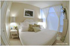 透き通るようなエレガントな寝室 寝室のインテリアコーディネート