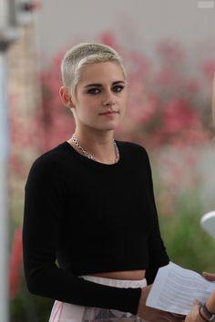 A peine de retour de la Nouvelle Orléans pour le tournage d' Underwater , Kristen a assisté au gala des Brady Bear Awards 2017 à Los Angele...