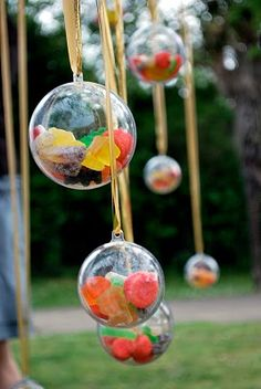 Fill clear plastic balls with sweets and treats to make a colourful Christmas tree ornament decoration.- You could fill them with sprinkles too! Budget Wedding Favours, Unique Wedding Favors, Wedding Gifts, Christmas Wedding Favours, Colorful Christmas Tree, Christmas Tree Ornaments, Christmas Decorations, Fiestas Party, Gifts For Photographers