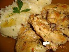 Recept za Piletinu sa bijelim lukom. Za spremanje ovog jela neophodno je pripremiti piletinu, začin, senf, biber, celer, so, luk, ulje, krompir, margarin, mleko.