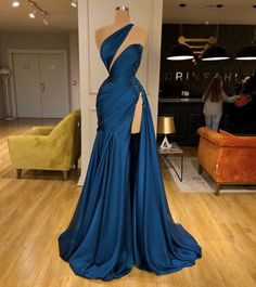 Satin blue gown with deep cut and high slit. Satin blue gown with deep cut and high slit. Gala Dresses, Couture Dresses, Fashion Dresses, Elegant Dresses, Pretty Dresses, Formal Dresses, Vintage Dresses, Looks Black, Blue Gown