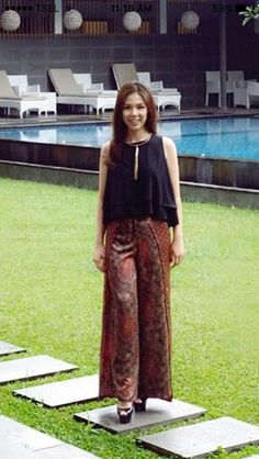 Love the pants<br> Kulot Batik, Batik Solo, Batik Kebaya, Blouse Batik, Batik Dress, Muslim Fashion, Ethnic Fashion, Hijab Fashion, Batik Fashion
