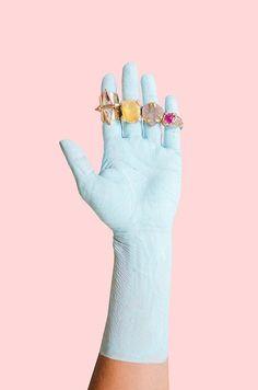 estilo, algo distintivo como una mano pintada, un guante etc