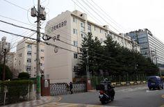 서울 삼성역 사거리에 있는 빌딩 12층. 이곳이 그의 사무실이다. 그는 재임 기간 동안 4대강 사업, 해외 자원개발 등으로 막대한 국가 예산을 말아먹었다. 그런데도 그는 퇴임해서 자서전도 내고 해외여행도 다닌다. 그의 사저 앞에서는 경찰들이 24시간 경비를 해준다.