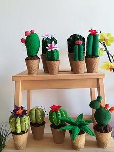 Cactus in feltro e pannolenci pincushion gift home decor Felt Crafts Diy, Felt Diy, Felt Flowers, Diy Flowers, Cactus Craft, Felt Succulents, Soft Dolls, Flower Frame, Flower Crafts