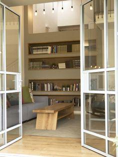 שינוי מיקום דלת הכניסה בבית שלפניכם הוביל ליצירת חלל מואר, הגדלת מקומות האירוח, פתיחת דלתות נוספות אל החצר ושינוי שבילי הגישה לבית. ברוכים הבאים