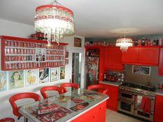 Őrületes! Így néz ki egy igazi kóla-mániás otthona – fotók!