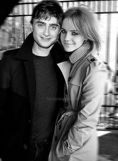 Emma and Daniel fake Harmony Harry Potter, Harry Potter Actors, Harry Potter Pictures, Harry Potter Hogwarts, Hermione Granger Art, Daniel Radcliffe Emma Watson, Saga, Harry Potter Hermione, My Idol