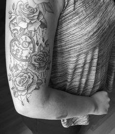 Roses klok tattoo black and grey