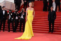 Festival de Cannes 2015 Charlize Theron apostó por el color amarillo, destacando sobre la alfombra roja con un escultórico diseño de la colección de Alta Costura de Dior. Foto: © GTRESONLINE/Cordon Press/Getty Images