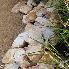 Okergoud, kleur van jaar, kan heel goed in de tuin met Dololux / Gravier d'Or en 'Yellow Sun' / Jura breuksteen. Zonnig! --------------------------------------------------------We used gold ocher for a warm and sunny look in the garden, with Dololux / Gravier d'Or and 'Yellow Sun' stone. #yellow #gold #goldyellow #go...