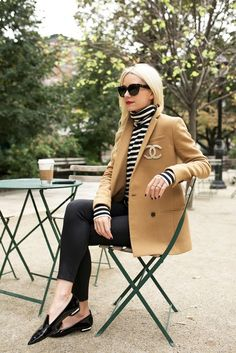 Camel blazer, black pants, striped turtleneck and loafers. with a giant Chanel brooch, naturally. Broche Chanel, Jean Skinny Noir, Blazer Beige, Camel Blazer, Camel Pants Outfit, Denim Outfit, Cooler Look, Striped Turtleneck, Turtleneck And Blazer