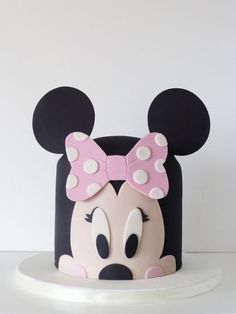 Minnie Mouse is a popular party theme especially for little ones turning one. I've rounded up some amazing Minnie Mouse Cakes inspiration for your Minnie Mouse party. Minni Mouse Cake, Bolo Do Mickey Mouse, Mickey And Minnie Cake, Minnie Mouse Birthday Cakes, Bolo Minnie, Mickey Cakes, Birthday Cake Girls, Birthday Kids, Mickey Birthday