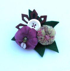 Adorable broche en fleurs de tissus verts et prune.