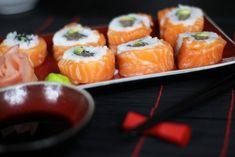 Przepis na Sushi Alaskan Maki - Bardzo piękne i smaczne sushi z dwoma lub więcej rodzajami ryb. W naszym przepisie użyliśmy tuńczyka oraz łososia, smakowało ? Zostaw nam swoją opinię! Dim Sum, Japanese Food, Bento, Rolls, Ethnic Recipes, Maki, Youtube, Buns, Japanese Dishes