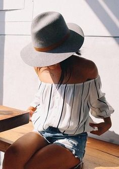 street style / off-the-shoulder stripes