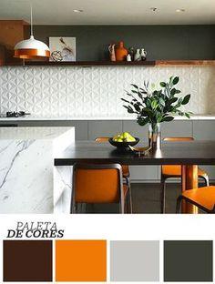 A mistura de texturas e brilhos é o mote desta cozinha gourmet, criação do escritório australiano Alexandra Kidd Design. O ambiente exibe um porcelanato branco geométrico em uma faixa da parede, comprovando a tendência dos revestimentos com efeito tridimensional. Outra parte da mesma superfície emprega o cinza, cor que surge ainda mais clara nos armários. Já o laranja se destaca com intensidade nos assentos e acessórios.