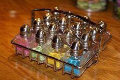 Doe de glitter  voor je nagels in lege zout potjes,zo hoef je enkel te strooien...