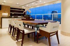 A varanda pode ser uma sala de jantar sofisticada (Foto: Camila Klein)