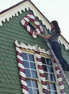 If you've ever wondered what a real-life gingerbread house looks like.-based has turned her parents' home into a life-sized gingerbread house. But her creation isn't all sugar and spice and everything nice. Gingerbread Christmas Decor, Gingerbread Decorations, Candy Christmas Decorations, Nutcracker Christmas, Gingerbread Houses, Halloween Gingerbread House, Outdoor Decorations, Office Christmas, Christmas Home