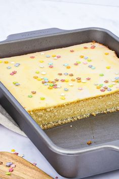 Citronkage - Opskrift på svampet citronkage med glasur Pastry Recipes, Baking Recipes, Dessert Recipes, Scandinavian Food, Food Is Fuel, Wine Recipes, Food Inspiration, Delicious Desserts, Sweet Tooth