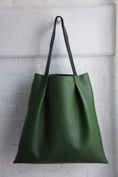 Add flat forager handles to DIY bags modeled after this simple green leather tote! My Bags, Purses And Bags, Sac Week End, Green Leather, Leather Bags, Leather Totes, Leather Backpacks, Leather Purses, Leather Projects