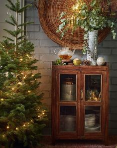 Love this tree! Country Christmas, Christmas And New Year, All Things Christmas, Winter Christmas, Christmas Home, Merry Christmas, Simple Christmas, Christmas Trees, Christmas Interiors