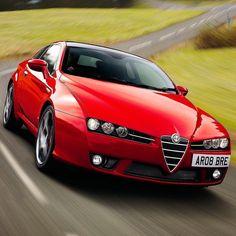 Alfa Romeo Brera S 2009 Quinta é dia de #tbt para relembrar os clássicos. O Brera foi um cupê 22 produzido pela Alfa Romeo de 2005 a 2010 com design assinado pela Italdesign Giugiaro. Nessa versão S era oferecido com duas opções de motores: 2.2 JTS de 185 cv ou o 3.2 V6 JTS de 260 cv com transmissão manual ou automática ambas de seis marchas. Com o bloco 2.2 fazia de 0 a 100 km/h em 8.6s com máxima de 223 km/h. Jà o V6 fazia em 7s com máxima de 250km/h. Rest in Power! #CarroEsporteClube…
