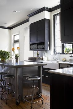 adorned abode archive: Garden and Gun Featured Designer: O'Brien and Muse Black Kitchen Cabinets, Kitchen Stools, Black Kitchens, New Kitchen, Cool Kitchens, Kitchen Decor, Kitchen Ideas, Brown Cabinets, Kitchen Black