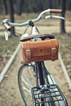 Cache briefcase made from one piece of leather, attachable to a bike frame. Via en.DaWanda.com.