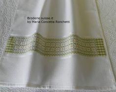 Asciugapoiatti con fascia ricamata con la Broderie suisse, chicken scratch, dishtowels.