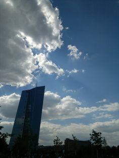 EZB Frankfurt Wolken blauer Himmel