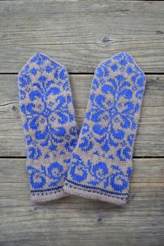Ces mitaines sont main tricot et fonctionnalité un motif floral dans une combinaison de couleurs grand pour la saison froide.  Issu de 100 % laine mérinos, leur naturellement isoler propriétés vous gardera au chaud durant les mois plus frais !  Mitaines vous offrent le meilleur des deux mondes : exempt dengelures mains sans la majeure partie des gants traditionnels. Ils sont parfaits pour la dactylographie, la conduite, artisanat, ou quel que soit le cas !  Jai fait ces gants colorés…