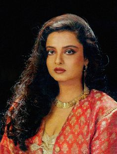 Rekha with Curly or Free hair Bollywood Makeup, Indian Bollywood Actress, Indian Film Actress, Bollywood Fashion, Indian Actresses, Bollywood Images, Vintage Bollywood, Bollywood Stars, Bollywood Celebrities