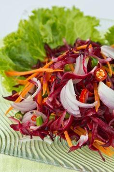 Frisse Rodekoolsalade: een heerlijk lunch- of bijgerecht. Bomvol smaak, kraak en vitaminen!