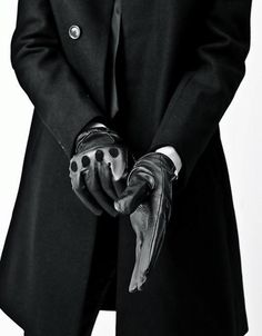 tight fitting gloves with a trench coat, a perfect partnership. - tight fitting gloves with a trench coat, a perfect partnership. Back To Black, Black And White, Men In Black, Black Man Style, Six Of Crows, Style Outfits, Fashion Outfits, Driving Gloves, Shorty