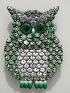 Girl Guides Bottle Cap Crafts - Pesquisa Google- Saw Linda posting owls thought she would like this one.... Beer Bottle Caps, Beer Caps, Bottle Cap Art, Bottle Top Crafts, Green Craft, Green Gifts, Plastic Spoons, Arts And Crafts, Diy Crafts