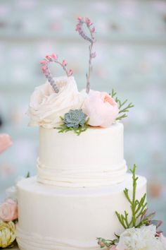 Love the use of echeveria blooms on this simple succulent and garden rose wedding cake.