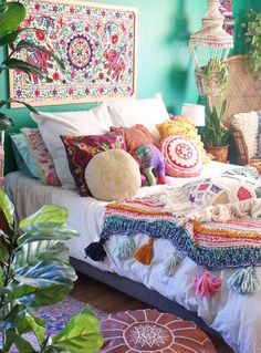 How To Decorate Your Room According To Your Neo-Bohemian Personality. With a gypsy and hippie vibe, the bohemian style will turn your room into a colorful fantasy. Cute Shabby chic and boho chic decor ideas to decorate your room if you like the bohemian Bohemian House, Bohemian Room, Bohemian Bedroom Decor, Bohemian Interior, Bohemian Style, Bohemian Gypsy, Gypsy Style, Hippie Chic Decor, Gypsy Room