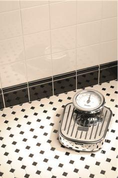 (amerika) jaren 20-30 octagon black dot, geglazuurd op matjes geplakt. Op de…